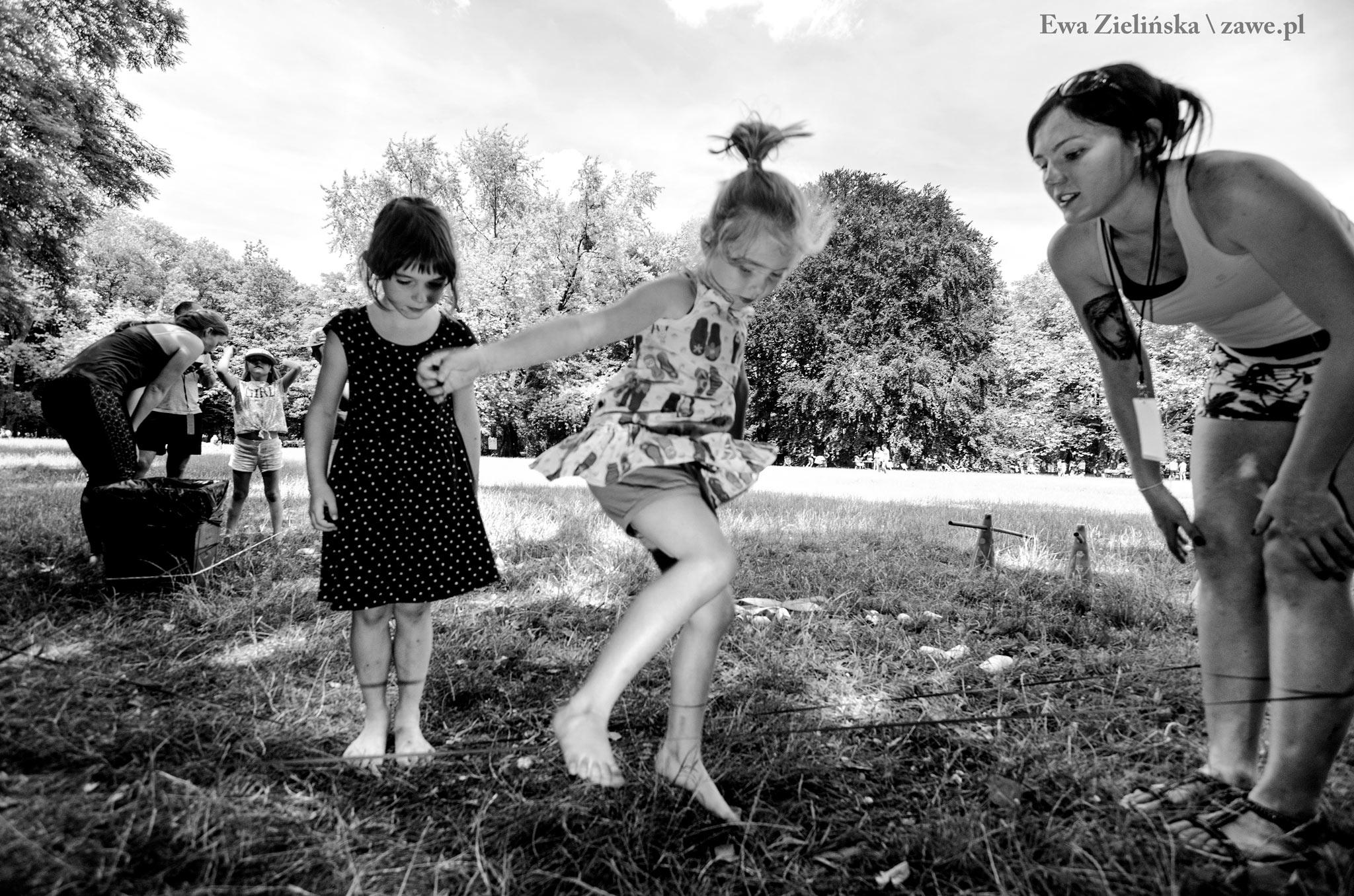 Dziewczymki skaczące w gumę